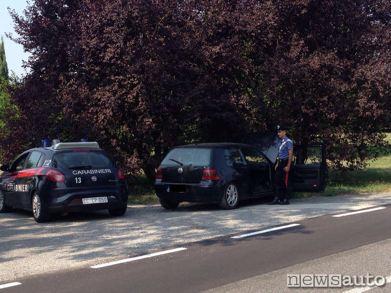 carabinieri golf auto intestata