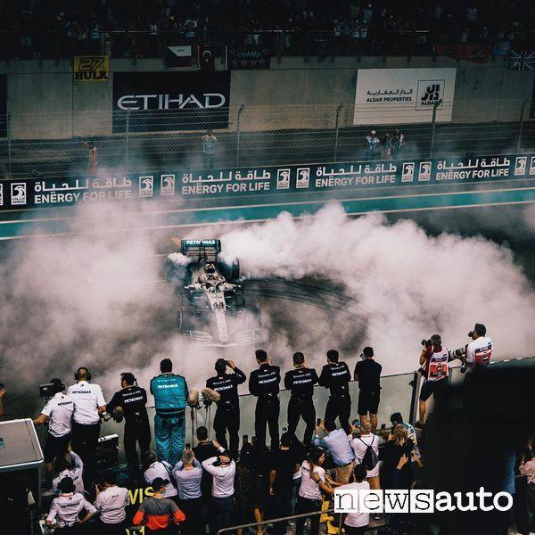 Burnout Lewis Hamilton Mercedes vittoria del Gp di Abu Dhabi 2019