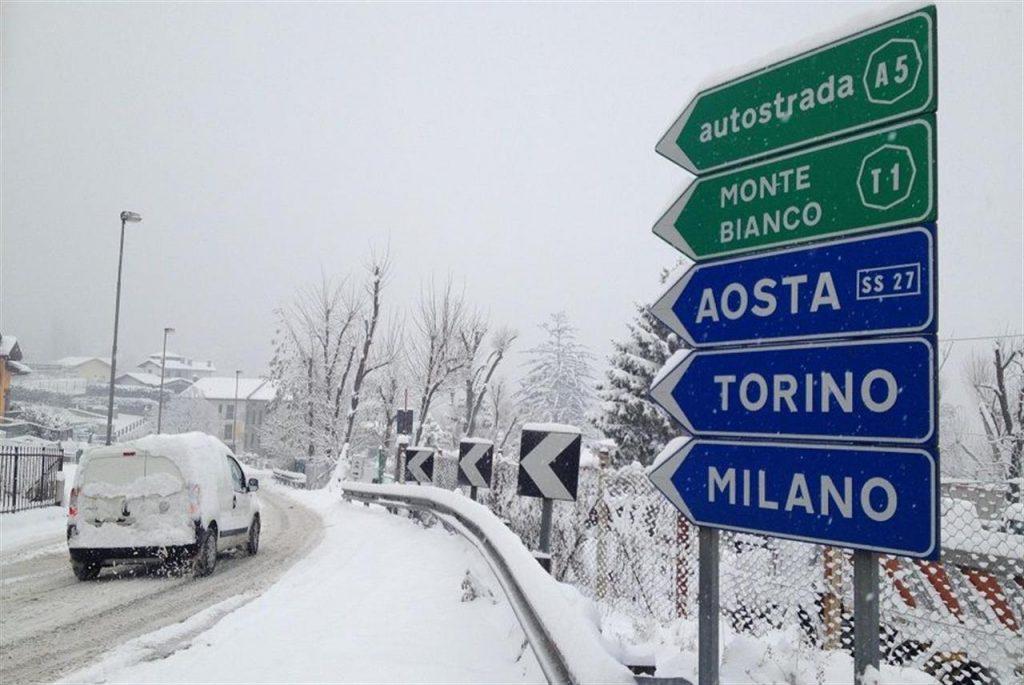 Auto che avanza con pneumatici invernali in direzione Aosta Torino Monte Bianco