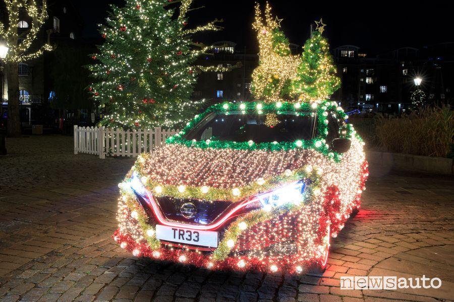 Nissan Leaf trasformata in luminaria di Natale