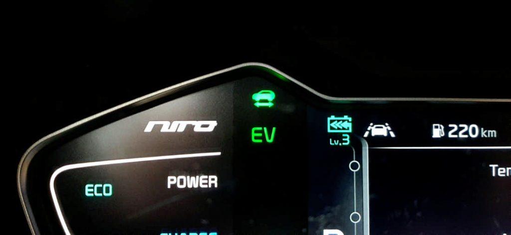 """Modalità EV sula Niro e posizione """"3"""", la massima della frenata rigenerativa che sfrutta il motore elettrico per caricare la batteria e rallentare l'auto"""