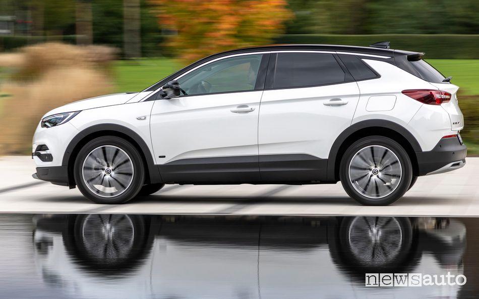 Vista laterale Opel Grandland X Hybrid