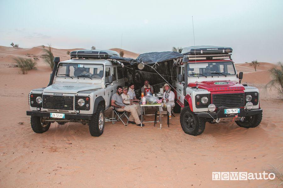 Un momento di un accampamento notturno mentre si cena sperduti nel deserto tunisino