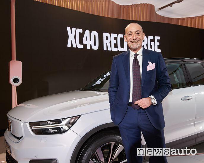 Michele Crisci, Presidente Volvo Italia, davanti alla XC40 Recharge elettrica e presidente Unrae