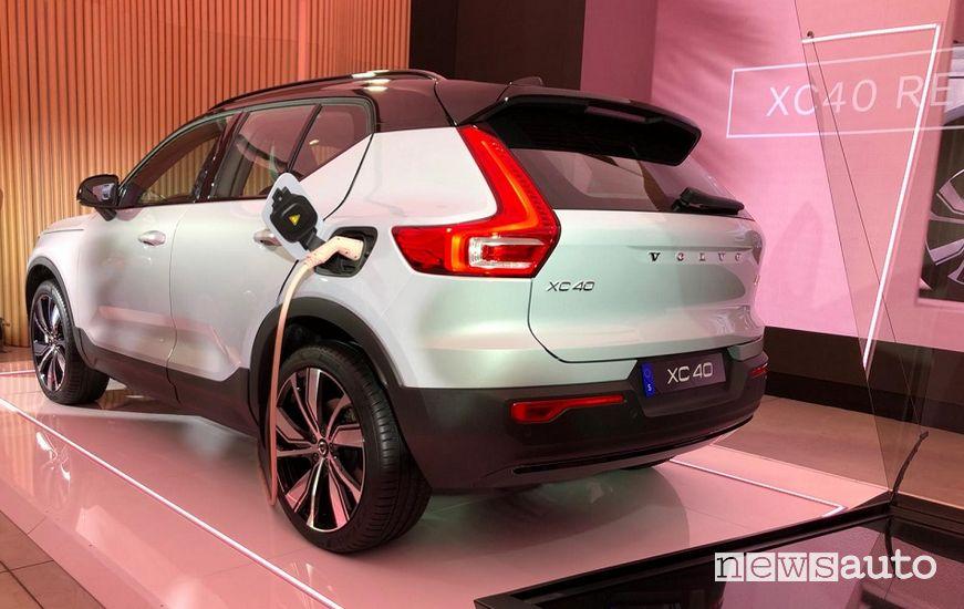 Vista posteriore Volvo XC40 Recharge elettrica nel Volvo Studio Milano