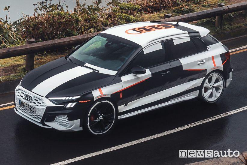 Vista laterale Audi A3 Sportback 2020 camuffata prototipo