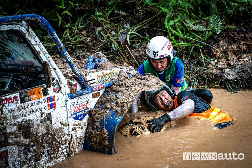 Rainforest Challenge Malesia: pilota e navigatore impegnati a liberare il veicolo dal fango durante una prova speciale