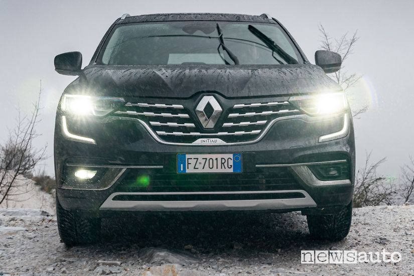 Vista frontale Renault Koleos Initiale Paris nella cava di Marmo di Carrara