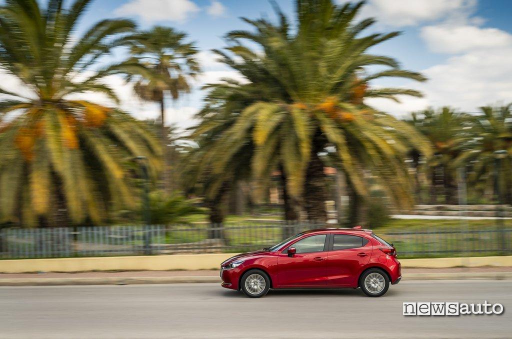 Vista laterale Mazda2 2020
