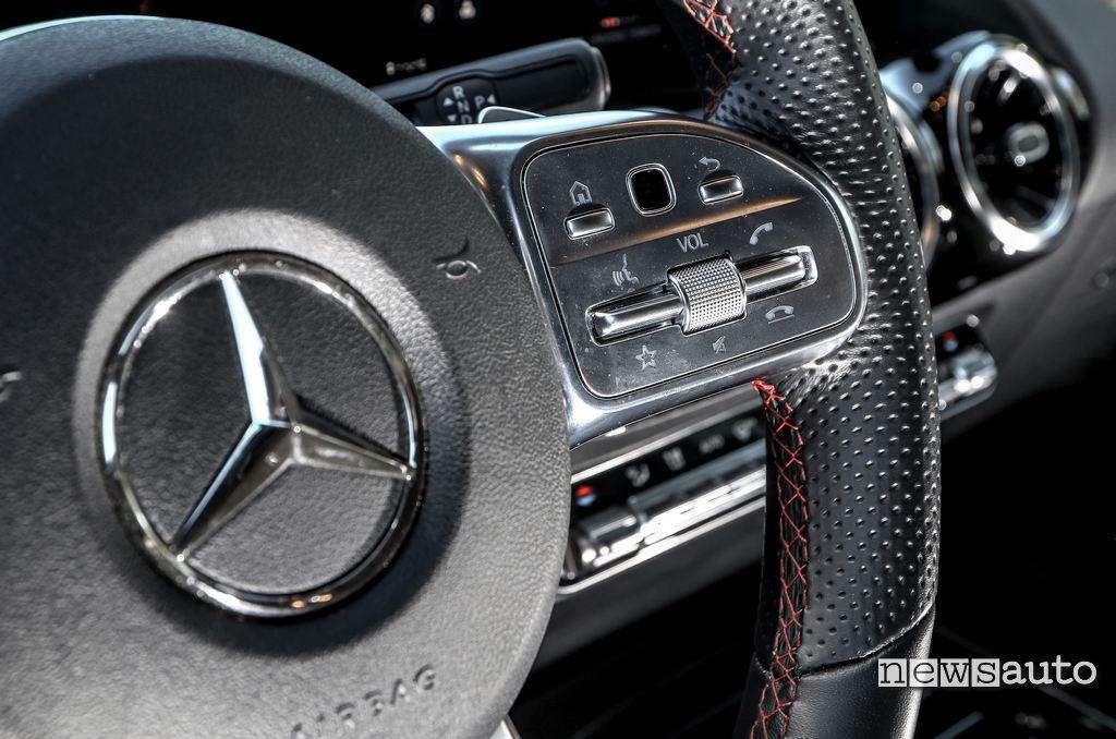comandi a sfioramento Touch control sul volante di Mercedes B180d 2020