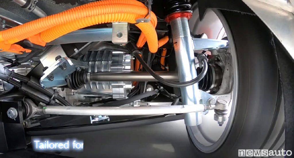 Motore elettrico Yamaha montato sotto l'Alfa Romeo 4C in fase di test