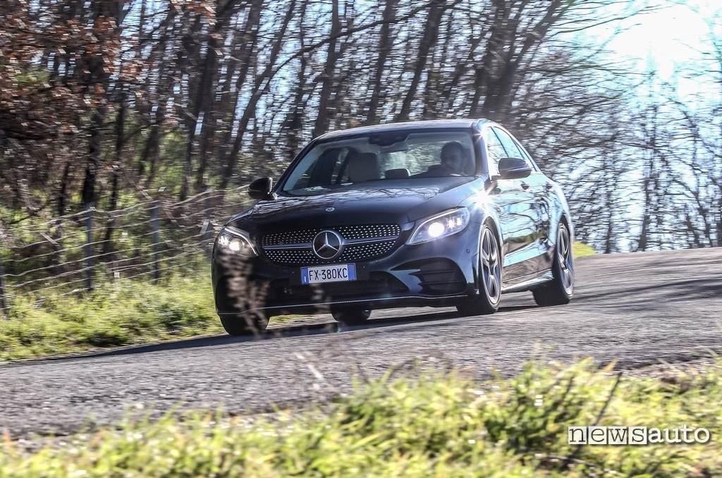 prova Mercedes C200 Hybrid, frontale rinnovato bello aggressivo ma stiloso