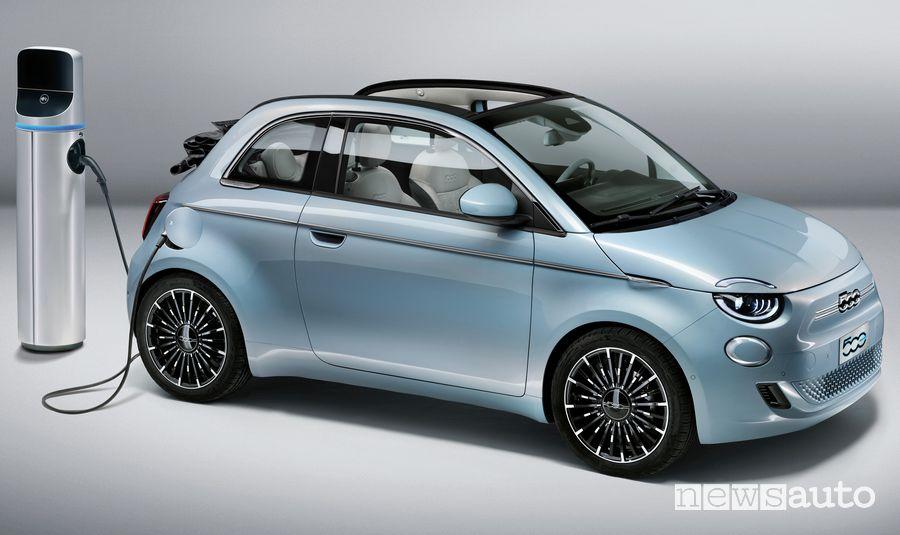Frontale Fiat 500 elettrica cabrio in ricarica