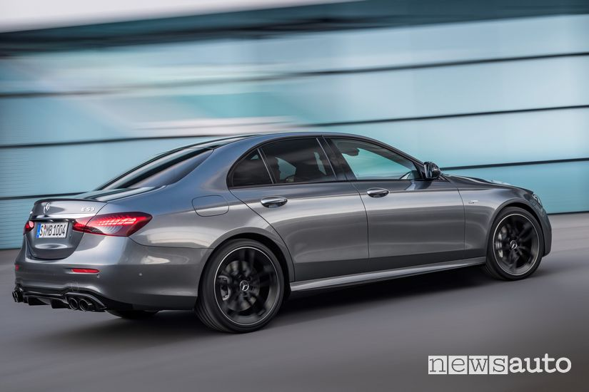 Vista laterale Mercedes-AMG E 53 4Matic+ in strada