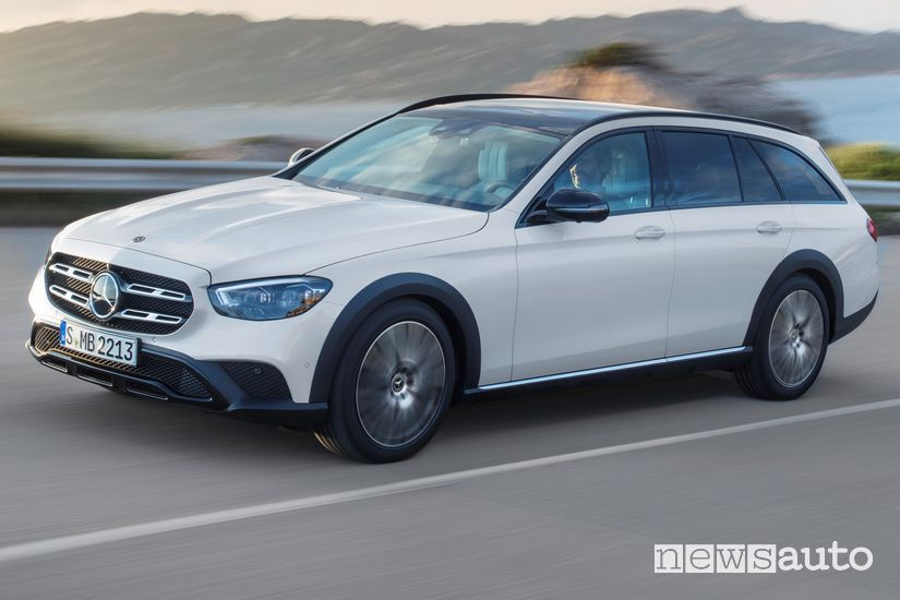 Vista di profilo Mercedes-Benz Classe E All Terrain 2020 in strada