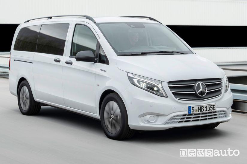Vista di profilo Mercedes-Benz eVito Tourer, van elettrico