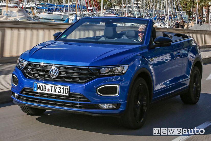Vista di profilo Volkswagen T-Roc Cabriolet R-Line in movimento