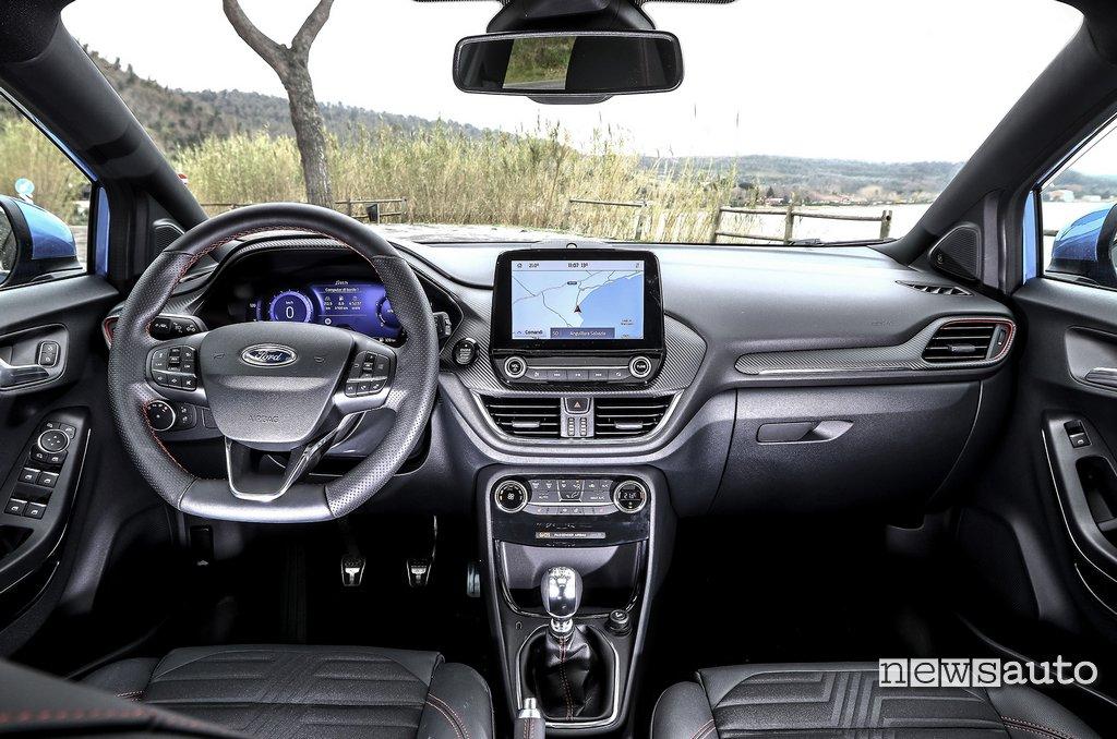 Abitacolo, interni con il volante sportivo sulla nuova Ford Puma 2020