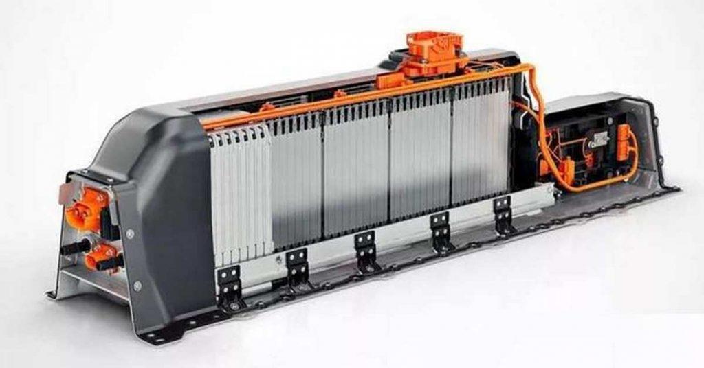Il pacco batteria della Volvo XC40 Recharge T5 con le celle impilate in verticale è alloggiata nel tunnel centrale.