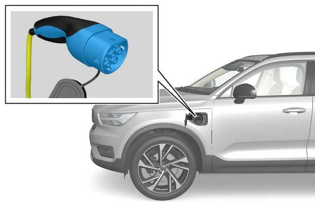 Volvo XC40 ibrida plug-in: la presa di Tipo 2 (Mennekes VDE-AR-E 2623-2-2) è situata sulla fiancata anteriore sinistra della Volvo Recharge T5 Plug-in Hybrid
