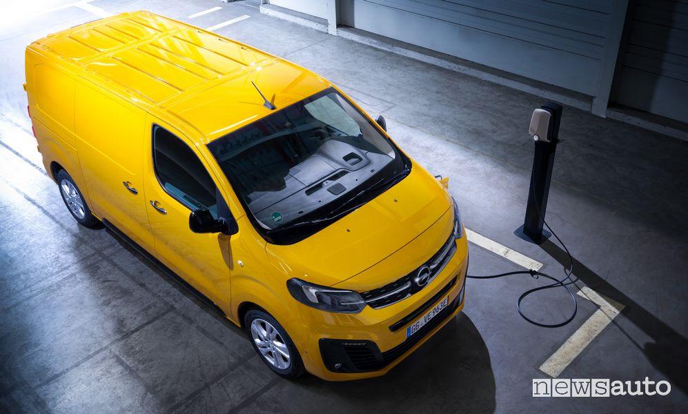 Operazione di ricarica Opel Vivaro-e elettrico