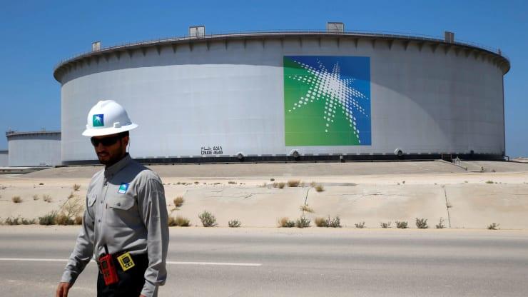 Stoccaggio petrolio nelle cisterne in prossimità dei giacimenti