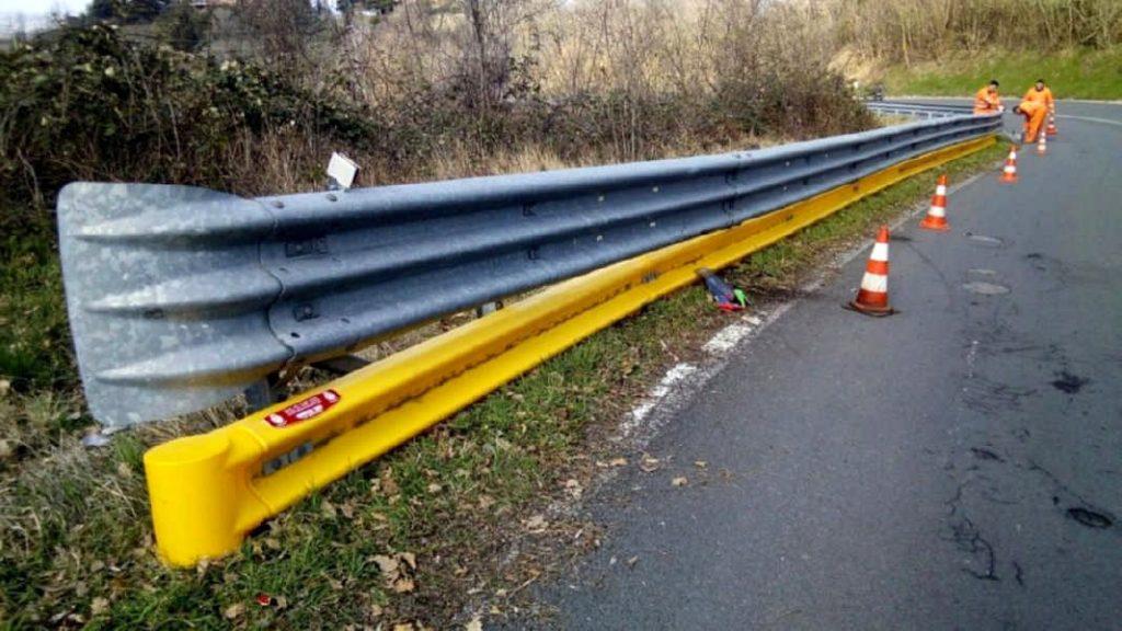Protezioni aggiuntive nella parte inferiore dei guard rail per prevenire gli incidenti stradali e ridurne le conseguenze soprattutto per i motociclisti