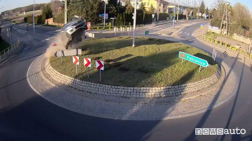 Auto vola ad una rotonda, immagini spettacolari