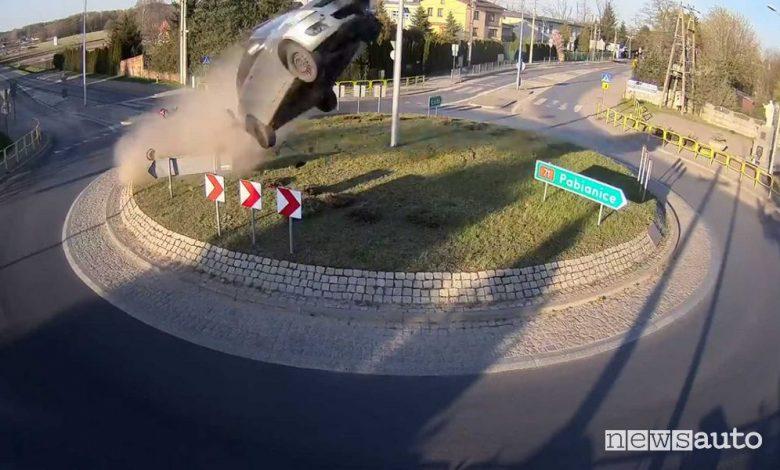 Auto vola ad una rotonda