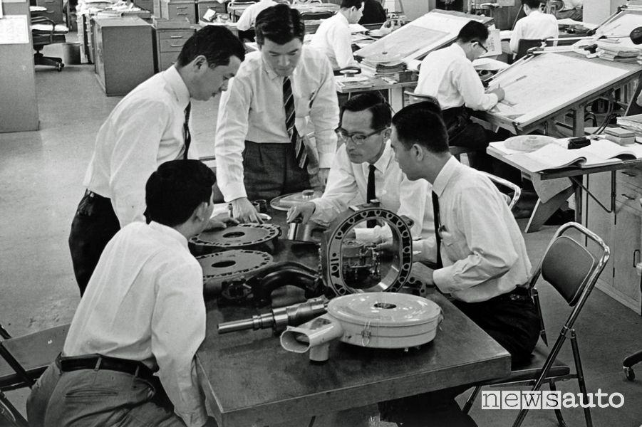 L'ingegnere Kenichi Yamamoto al lavoro sul motore rotativo Mazda