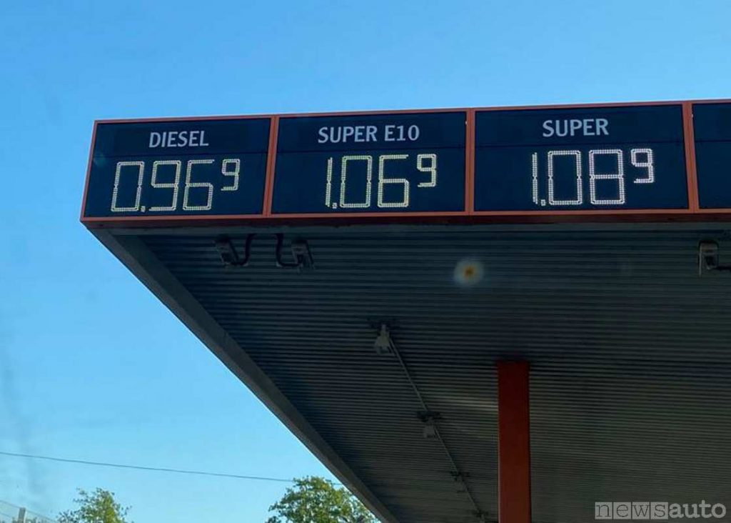 Prezzo carburante in Germania ad aprile 2020, diesel 0,969 e benzina 1,069 (distributore di carburante di (da Hattersheim vicino a Francoforte)