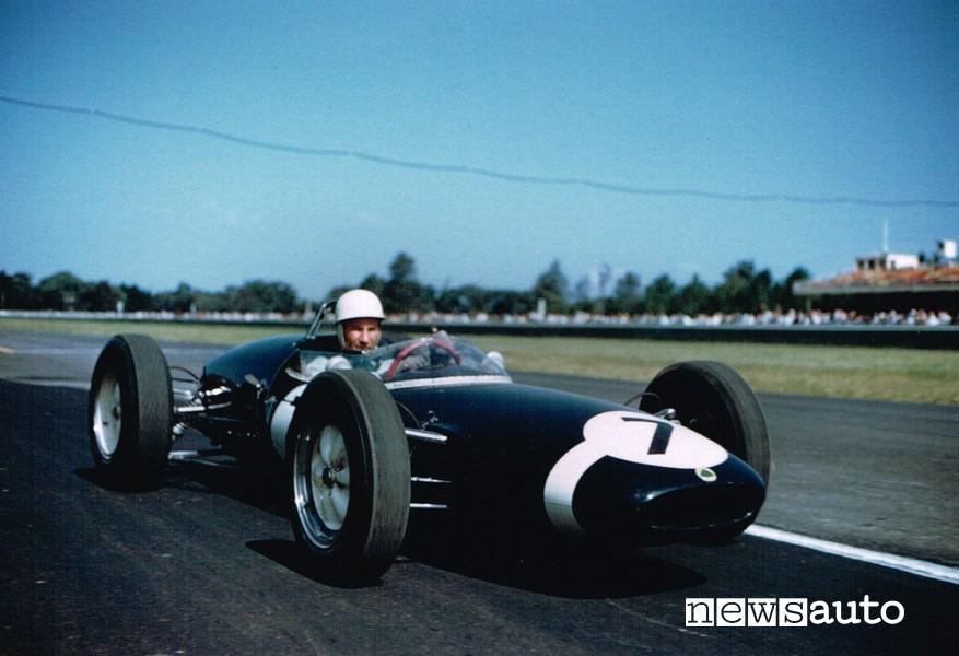 Sir Stirling Moss alla guida della sua Lotus 18 Climax con cui correva l'anno 1962