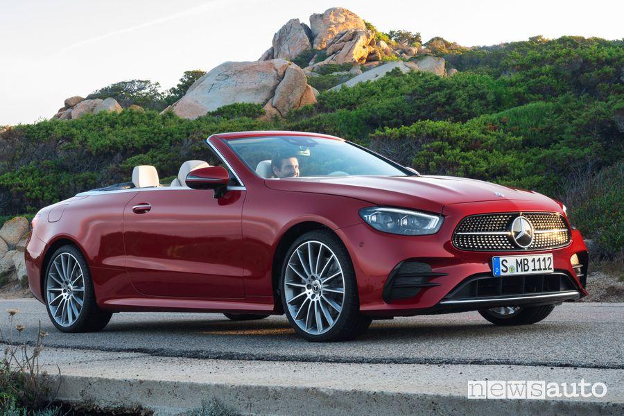 Vista di profilo Mercedes-Benz Classe E Cabriolet con la capote aperta