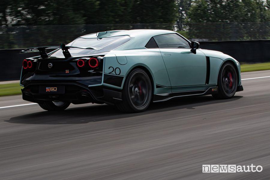 Vista posteriore Nissan GT-R50 by Italdesign in pista sul Circuito Tazio Nuvolari