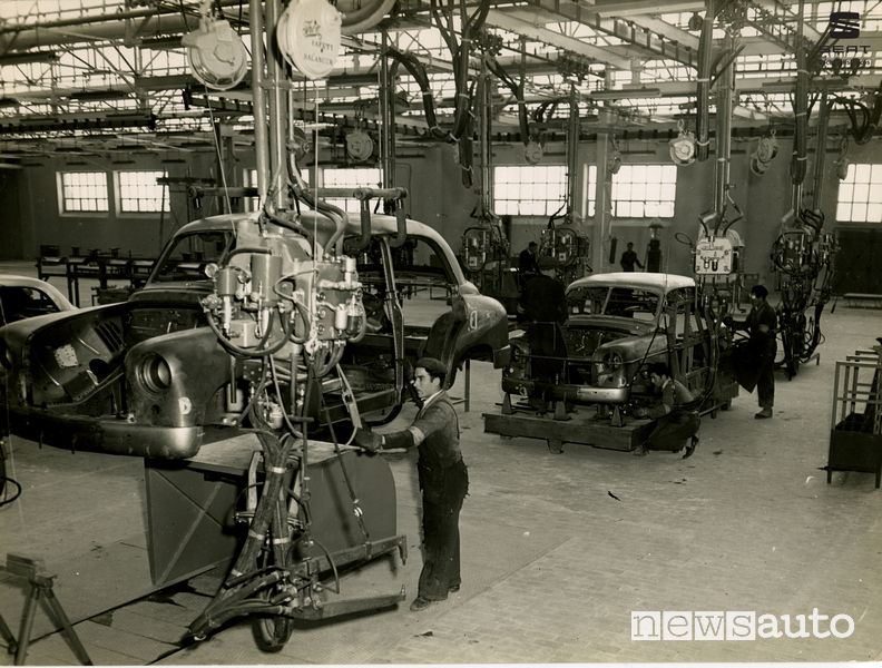 Catena di montaggio Seat 1400 presso lo stabilimento di Zona Franca