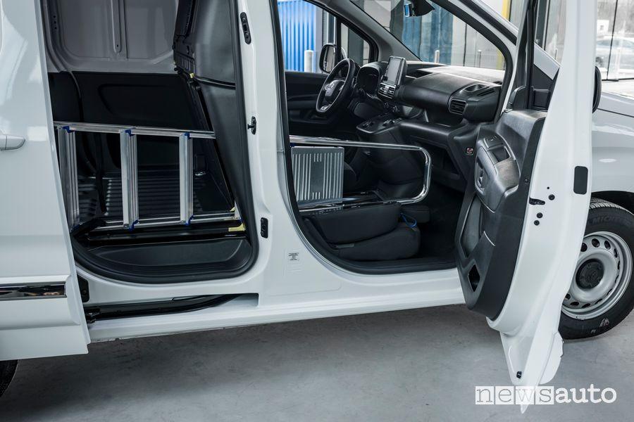 Sistema Smart Cargo fornisce uno spazio di carico per una scala su Toyota Proace City Van