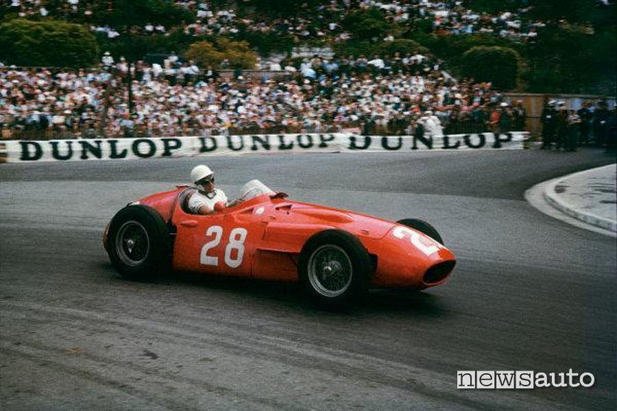 Stirling Moss al GP di F1 di Monaco del 1956 al volante della sua Maserati 250F.