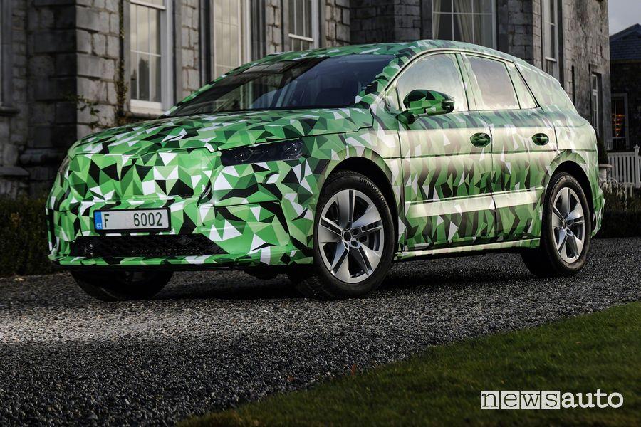 Vista di profilo Škoda Enyaq iV in versione camouflage