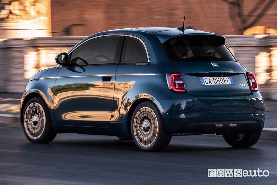 """Vista posteriore Fiat 500 elettrica """"la Prima"""" berlina"""