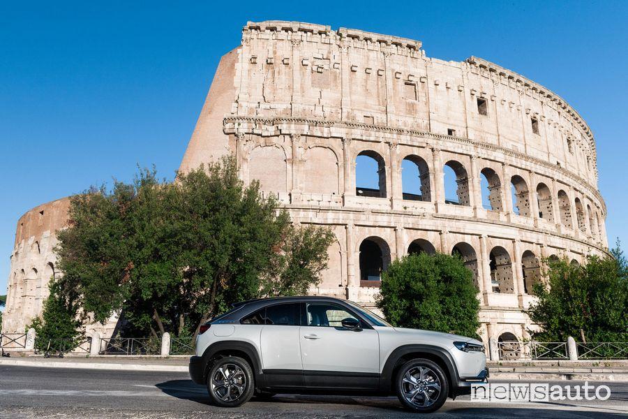Mazda MX-30 elettrica a Roma davanti al Colosseo