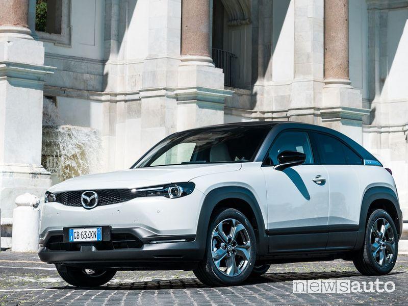 Vista di profilo Mazda MX-30 elettrica a Roma