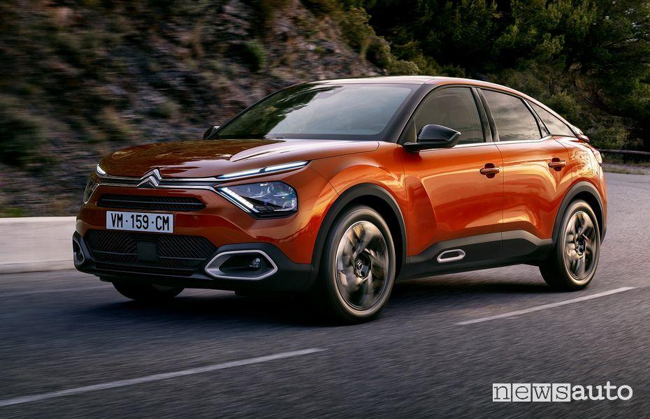 Vista di profilo nuova Citroën C4 in movimento