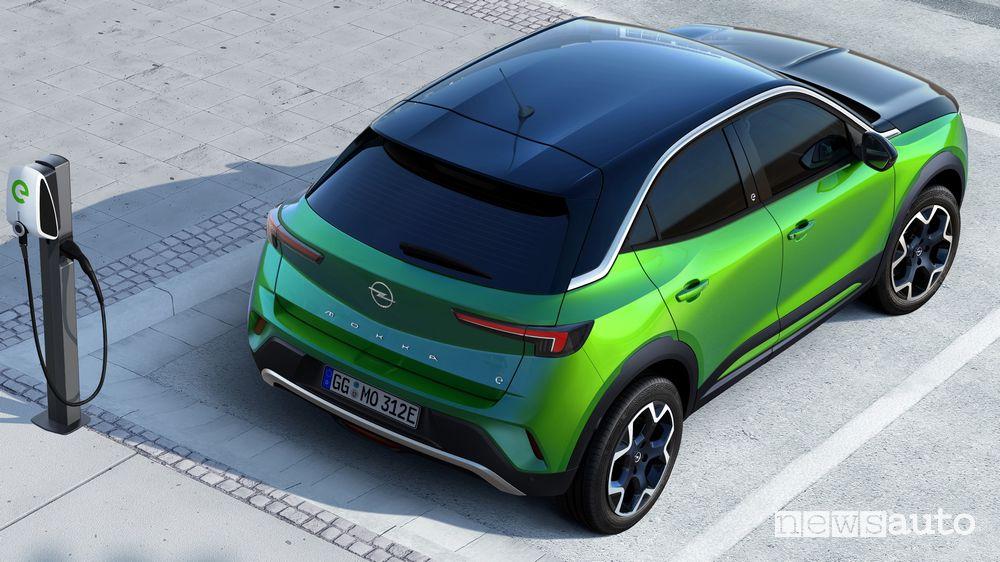 Vista posteriore nuovo Opel Mokka-e elettrico