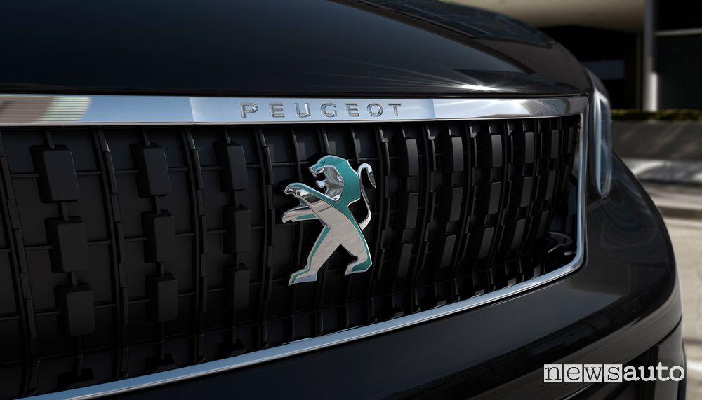 Logo del Leone cangiante sulla calandra anteriore del Peugeot e-Traveller elettrico