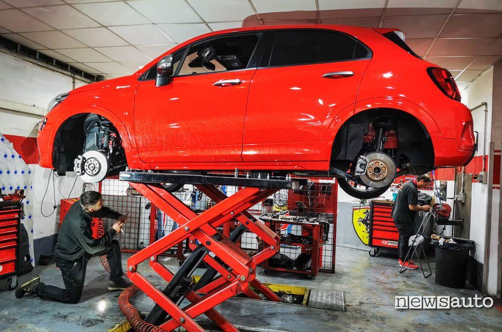 Ai raggi X  la nuova Fiat 500X Sport in officina senza ruote, dopo il test su strada.