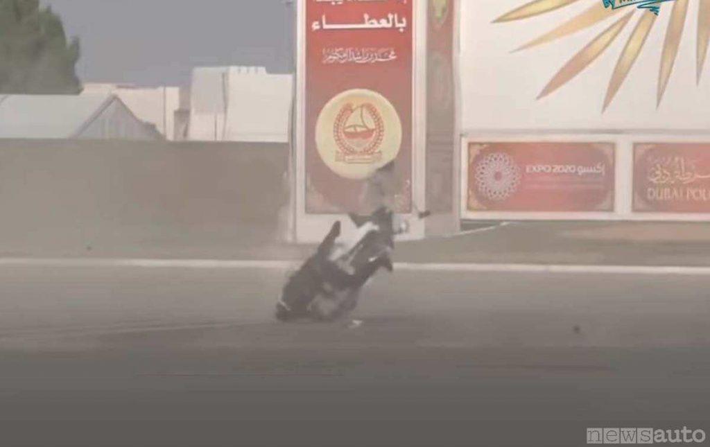 Il momento fatale dell'impatto al suolo durante l'incidente del drone moto della Polizia di Dubai