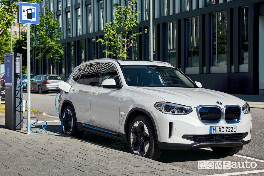 BMW iX3 SUV elettrico in ricarica