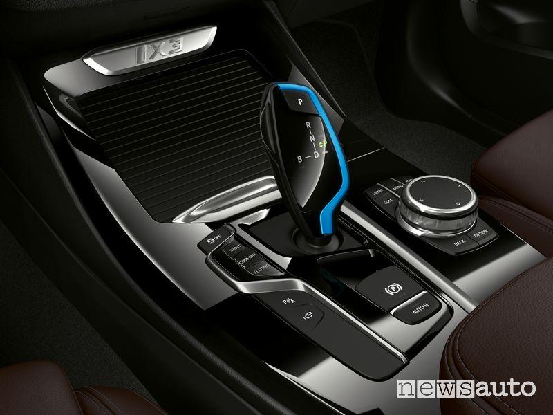 Leva cambio automatico, pulsante freno elettrico, modalità di guida BMX iX3