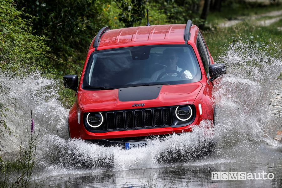 Guado Jeep Renegade 4xe Trailhawk ibrida plug-in
