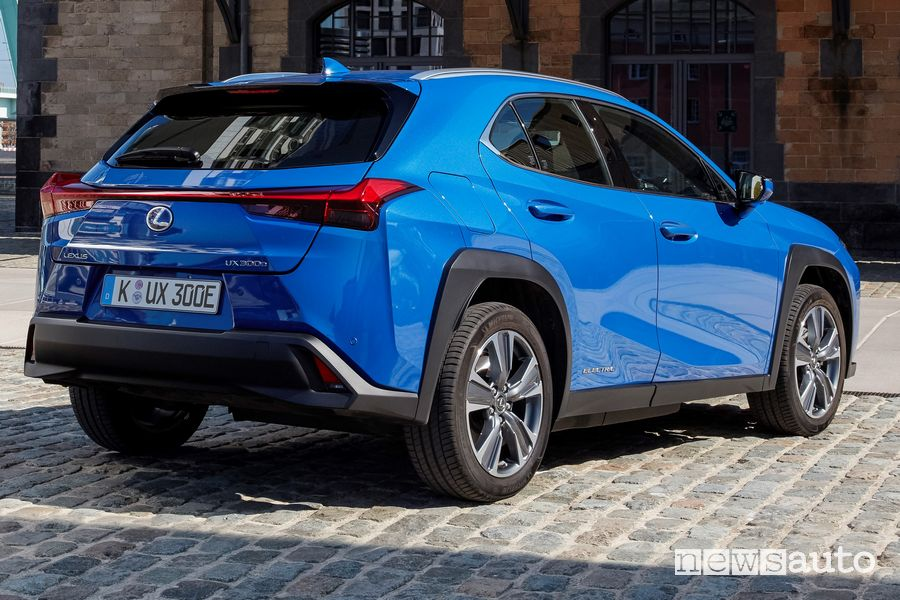 Vista posteriore Lexus UX 300e elettrica